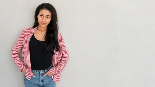 Porträt der schönen ethnischen jungen frau im hemd