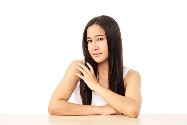 Porträt der schönen frau asiatisches make-up der kosmetik, mädchenhandberührung und lächeln attraktiv,