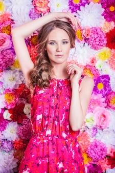 Porträt der schönen frau der mode, süß und sinnlich mit luxuriöser verjüngungskur und haaren auf dem hintergrund
