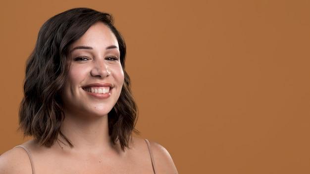 Porträt der schönen frau des glücklichen smiley