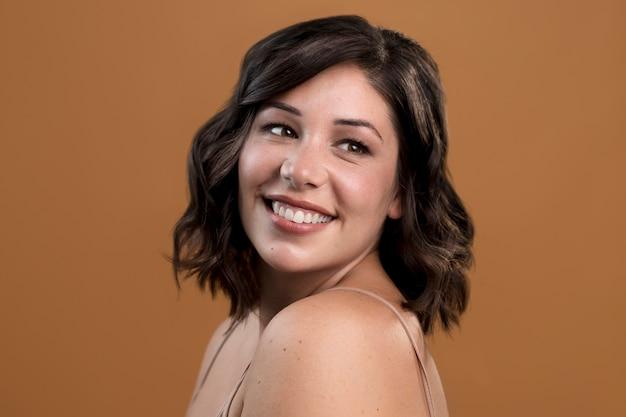 Porträt der schönen frau des glücklichen smiley Premium Fotos