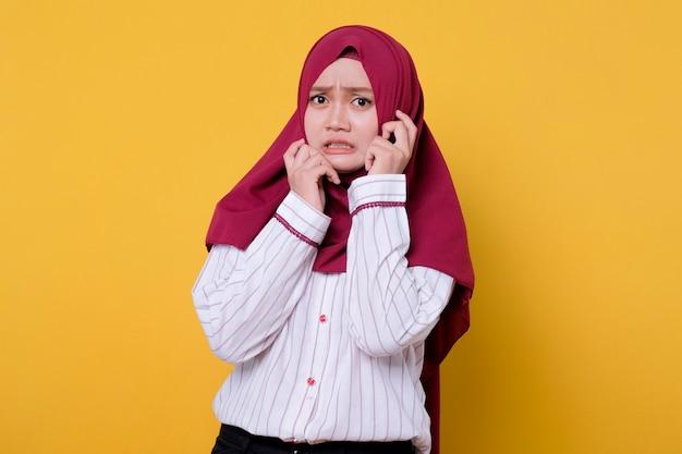 Porträt der schönen frau, die hijab-schreckensausdruck trägt