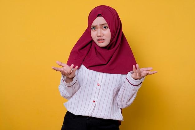 Porträt der schönen frau, die hijab trägt, verwirrend, um geste zu wählen