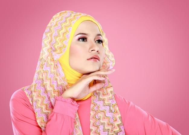 Porträt der schönen frau, die hijab trägt