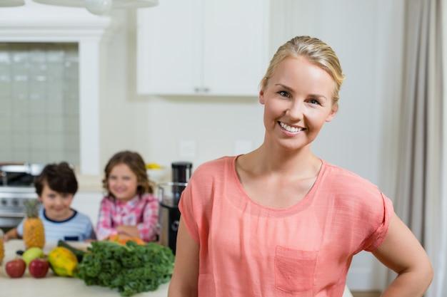 Porträt der schönen frau, die in der küche lächelt