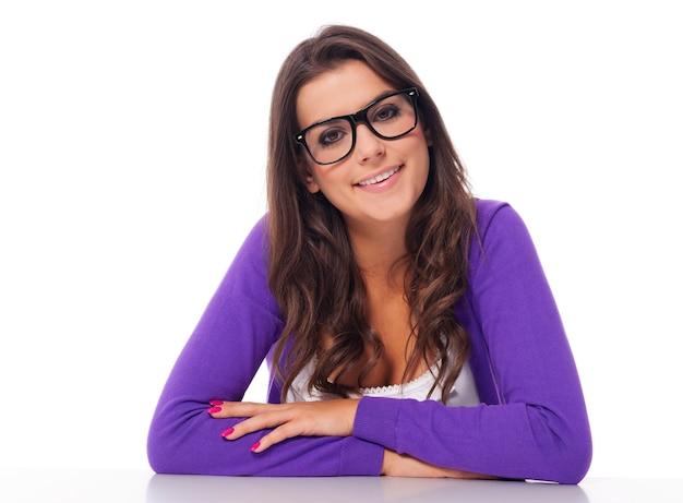 Porträt der schönen frau, die modebrille trägt