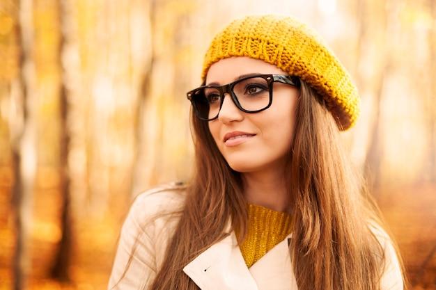 Porträt der schönen frau, die modebrille während des herbstes trägt