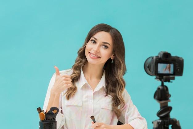Porträt der schönen frau, die video aufzeichnet