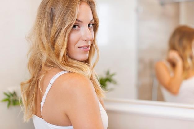 Porträt der schönen frau im badezimmer
