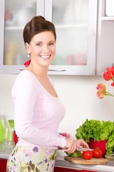 Porträt der schönen frau in der küche