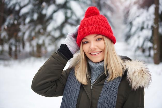 Porträt der schönen frau in der warmen kleidung