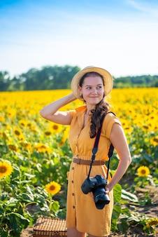 Porträt der schönen frau in sonnenblumen auf dem hintergrund des himmels