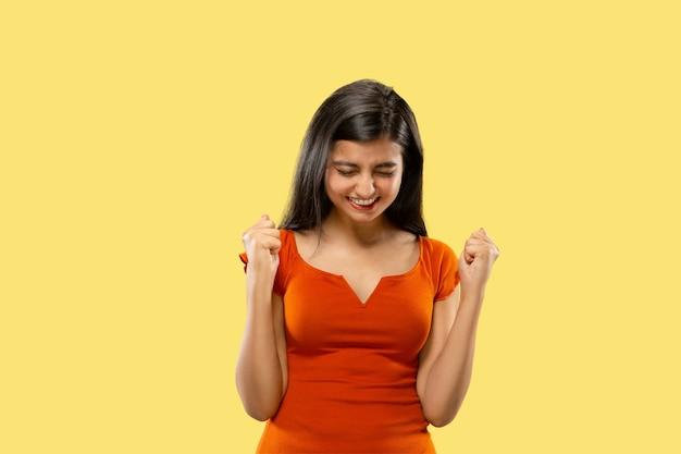 Porträt der schönen frau lokalisiert auf gelbem studiohintergrund