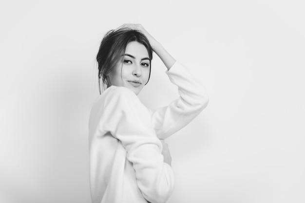 Porträt der schönen frau lokalisiert auf weißem studio