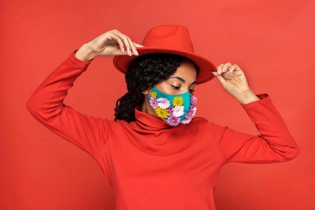 Porträt der schönen frau mit blumen auf ihrer maske