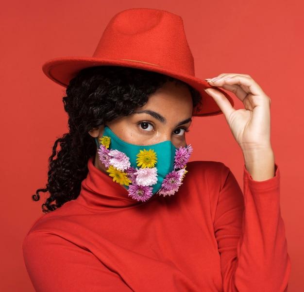 Porträt der schönen frau mit blumenmaske