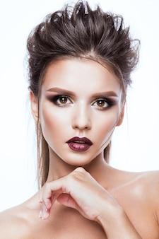 Porträt der schönen frau mit hellem make-up