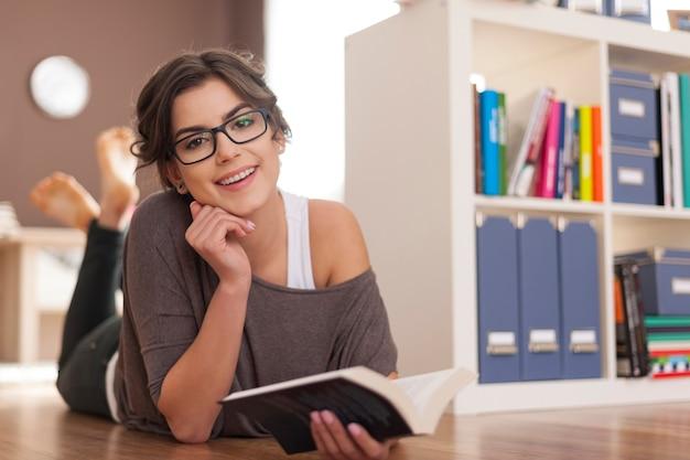 Porträt der schönen frau mit ihrem lieblingsbuch