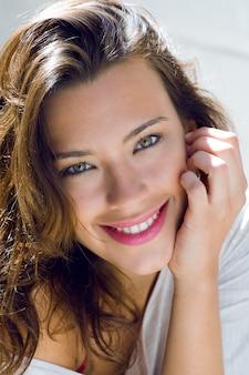 Porträt der schönen frau mit lächeln zu hause