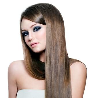 Porträt der schönen frau mit langen glatten haaren und schönheitsaugen - weißer raum