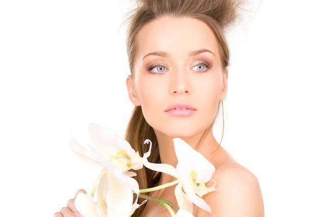 Porträt der schönen frau mit weißer blume