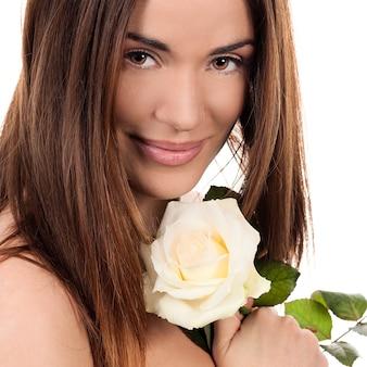 Porträt der schönen frau mit weißer rose