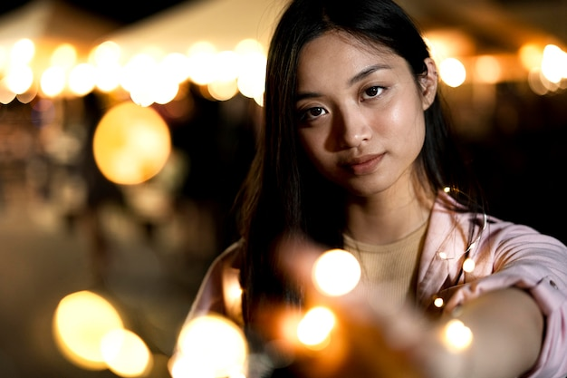 Porträt der schönen frau nachts in den lichtern der stadt