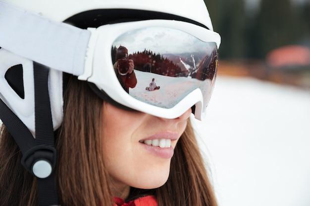Porträt der schönen frau snowboarder auf dem frostigen wintertag der pisten