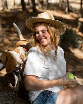 Porträt der schönen frau und ihres hundes