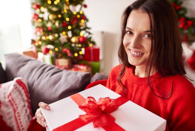 Porträt der schönen frau zu weihnachten