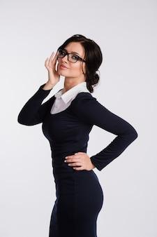 Porträt der schönen geschäftsfrau, die brille trägt