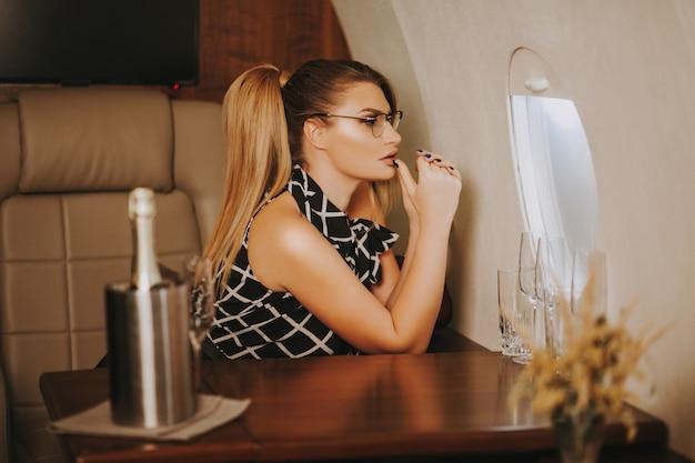 Porträt der schönen geschäftsfrau im geschäftsflugzeug.