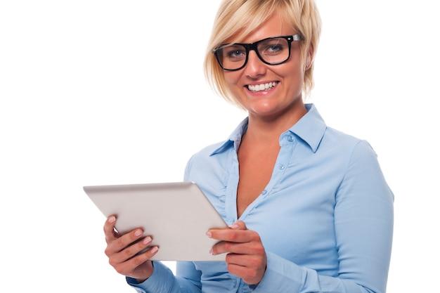 Porträt der schönen geschäftsfrau mit digitalem tablett