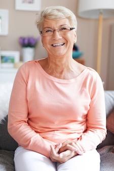 Porträt der schönen glücklichen älteren frau
