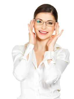 Porträt der schönen glücklichen jungen frau in den gläsern und im weißen bürohemd lokalisiert auf weißem hintergrund