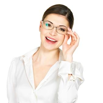 Porträt der schönen glücklichen jungen frau in den gläsern und im weißen bürohemd lokalisiert auf weißem hintergrund Kostenlose Fotos