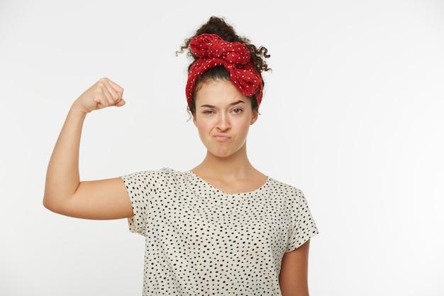 Porträt der schönen hübschen feministischen frau, die stolz auf die macht der frau ist und bereit ist, sich allen herausforderungen zu stellen
