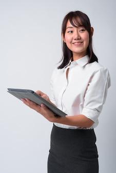 Porträt der schönen japanischen geschäftsfrau auf weiß