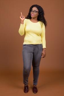 Porträt der schönen jungen afrikanischen frau