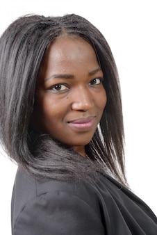 Porträt der schönen jungen afroamerikanerfrau