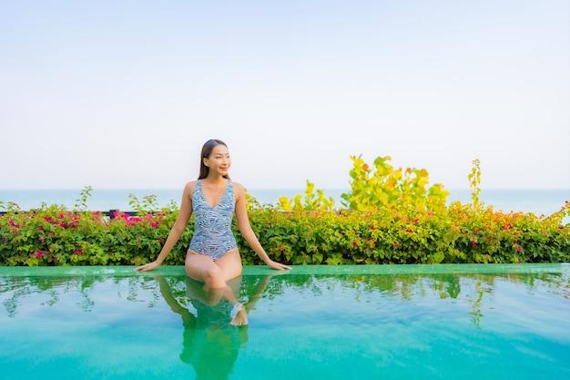 Porträt der schönen jungen frau, die auf dem pool entspannt