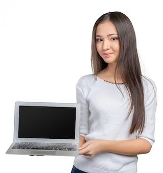 Porträt der schönen jungen frau, die laptop lokalisiert hält