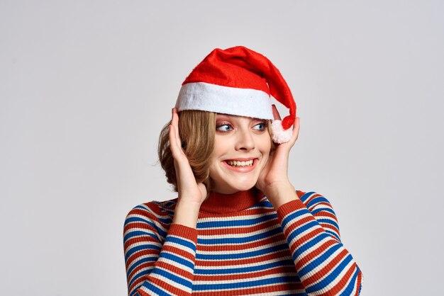 Porträt der schönen jungen frau in der weihnachtsmütze