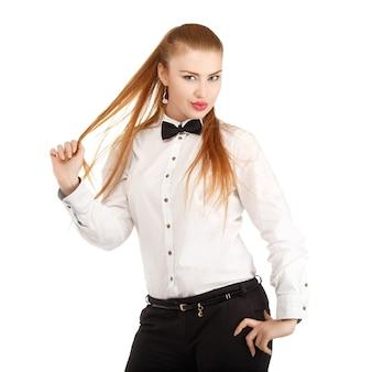 Porträt der schönen jungen frau in strenger kleidung mit fliege lokalisiert auf weiß