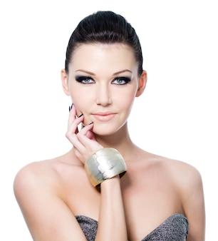 Porträt der schönen jungen frau mit mode-blauaugen-make-up