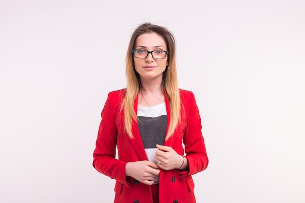 Porträt der schönen jungen frau mit roter jacke und brille