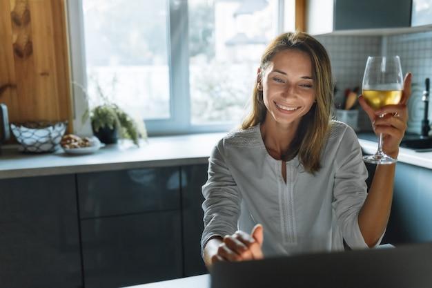 Porträt der schönen jungen geschäftsfrau, die am laptop im heimbüro arbeitet