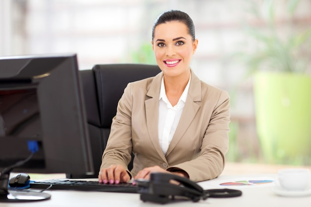 Porträt der schönen jungen geschäftsfrau im büro