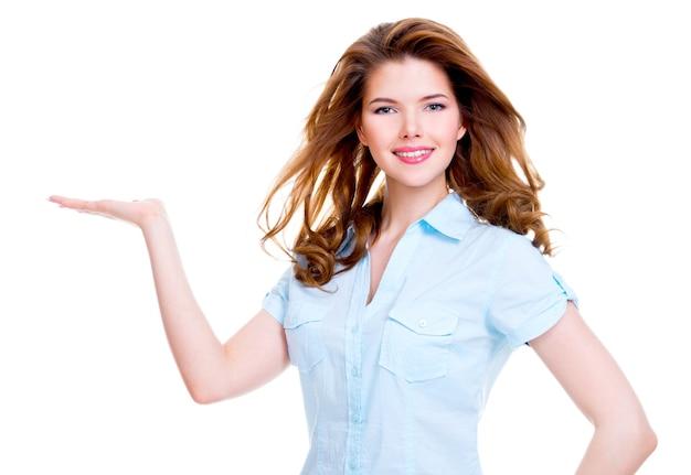 Porträt der schönen jungen glücklichen frau hält etwas auf handfläche - isoliert