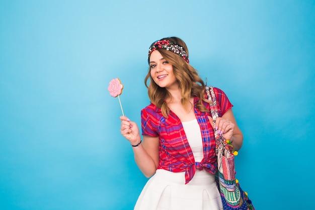 Porträt der schönen jungen hippiefrau im studio.